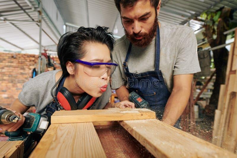 Carpintero que descarga el polvo de madera imagen de archivo libre de regalías