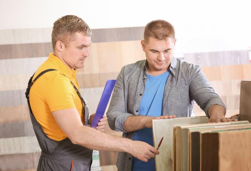 Carpintero que toma orden del cliente imágenes de archivo libres de regalías