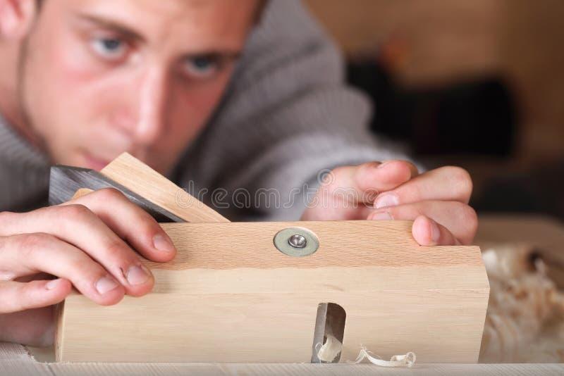 Carpintero que trabaja con el plano fotografía de archivo