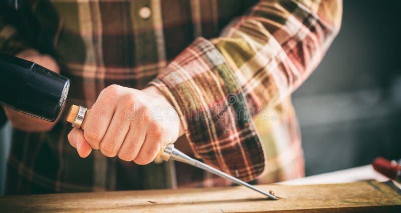 Carpintero que trabaja con un cincel fotos de archivo