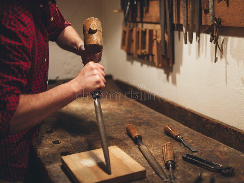 Carpintero que trabaja difícilmente fotografía de archivo