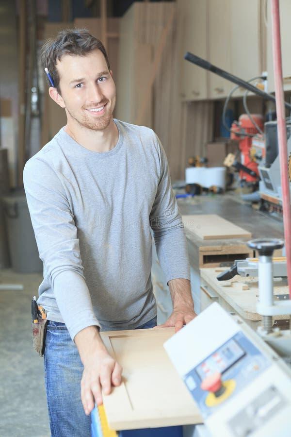 Carpintero que trabaja difícilmente en el taller fotografía de archivo