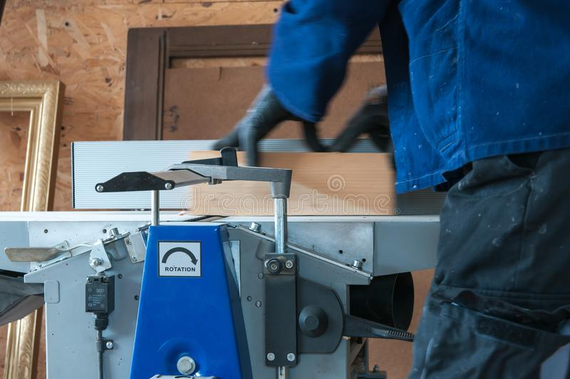Carpintero que trabaja en la alisadora de madera imágenes de archivo libres de regalías