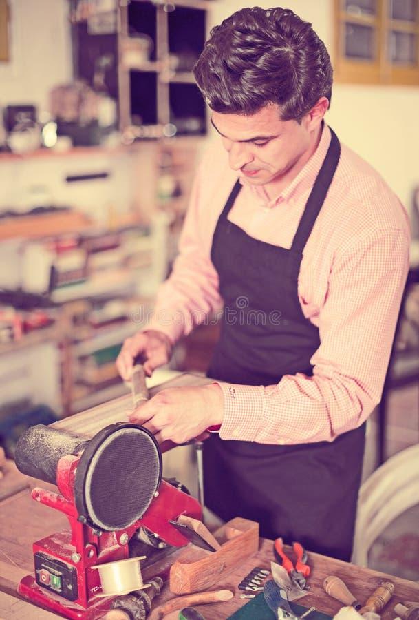 Carpintero que trabaja en la máquina foto de archivo libre de regalías