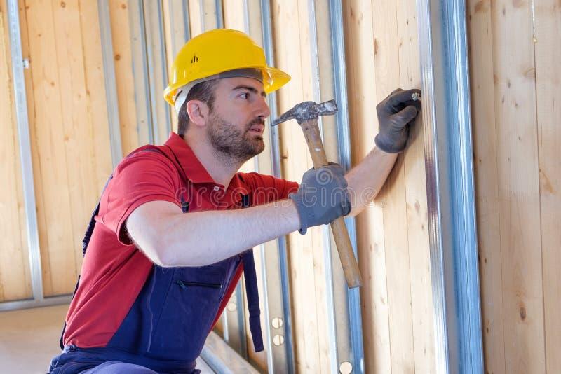 Carpintero que usa el martillo foto de archivo