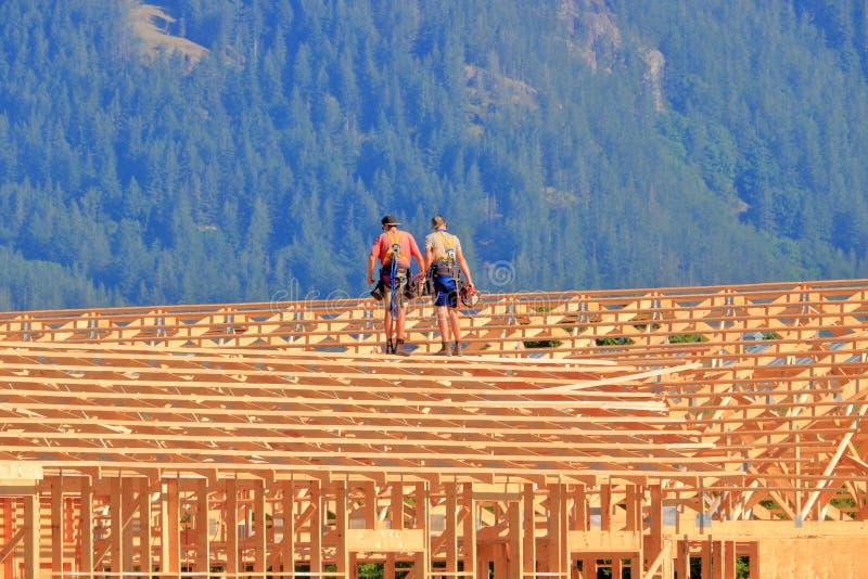 Carpinteros profesionales y edificio agrícola foto de archivo