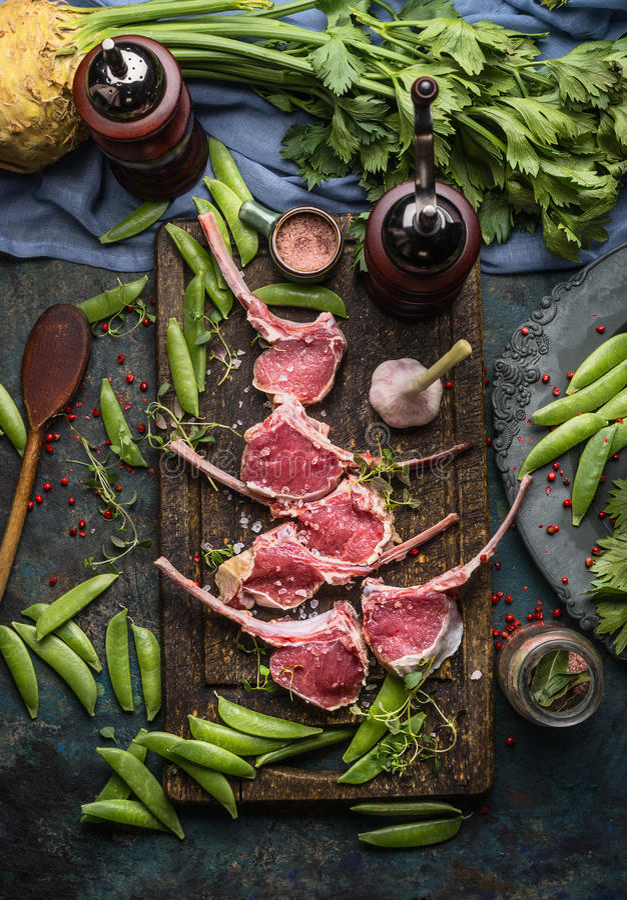 Carrè di agnello della carne cruda, preparazione con la cottura degli ingredienti fotografie stock libere da diritti