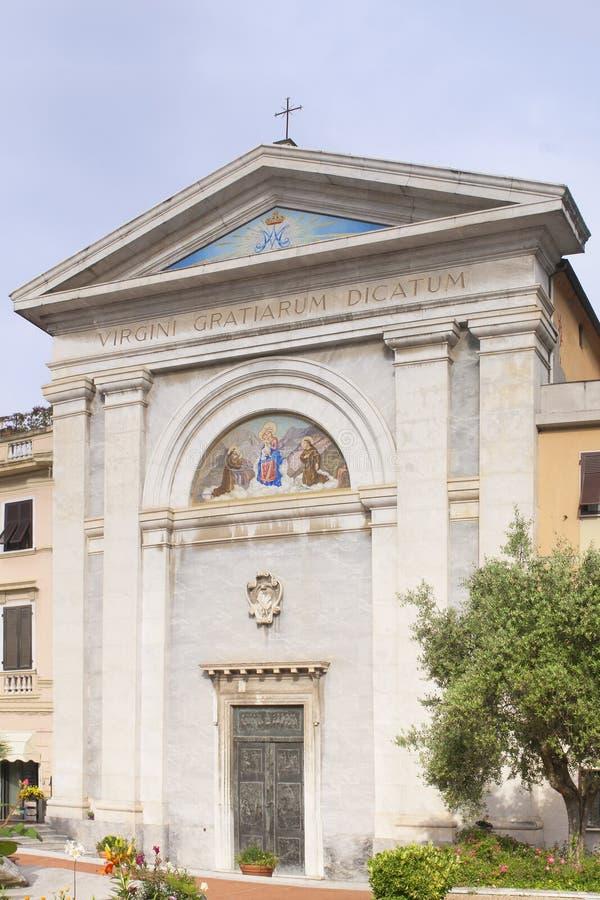 Carrara, Italië: het heiligdom van de Madonna delle Grazie, met een grote Latijnse inschrijving die leest stock fotografie