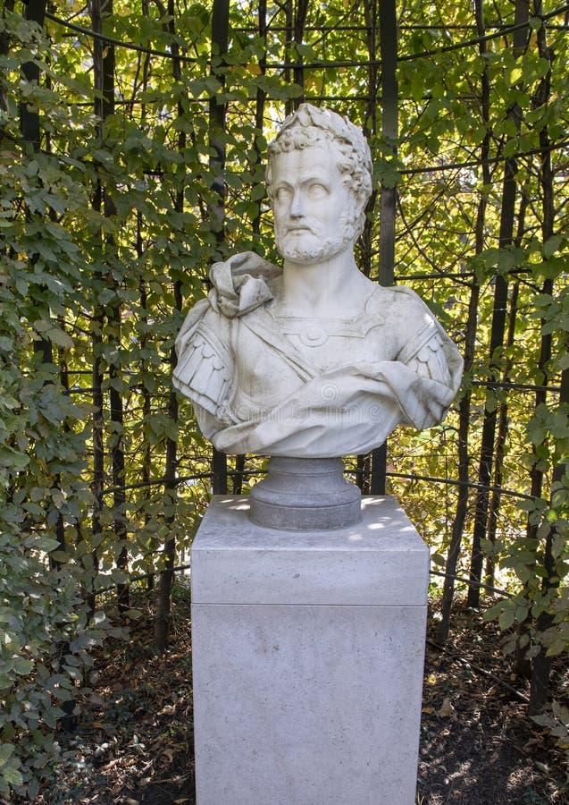 Carrara marmorerar bysten av en Roman Emperor, skulpturträdgården, Rijksmuseum, Amsterdam, Nederländerna fotografering för bildbyråer