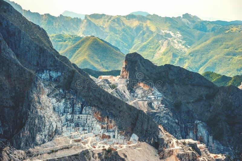 Carrara marmorerar villebrådbergsikt royaltyfri bild