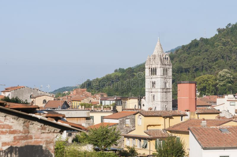 Carrara, Toscanië Italië: mening van het historische centrum met de klokketoren van de Kathedraal van San Andrea stock afbeelding