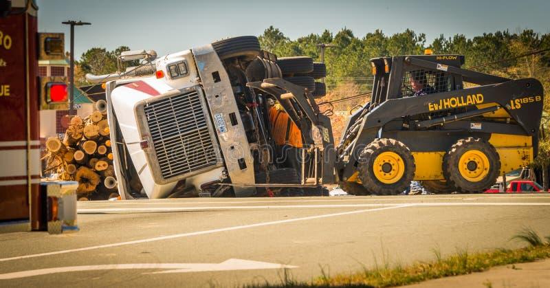 Carrboro NC, /US-March 10 2017: Bobcat die aan registrerenvrachtwagen werken stock foto