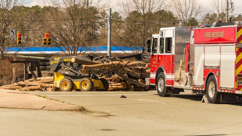 Carrboro NC, /US-March 10 2017: Carro de bombeiros com o caminhão de registro virado foto de stock