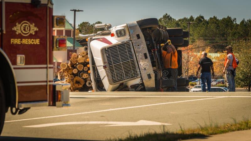 Carrboro NC, /US-March 10 2017: Homens que trabalham no caminhão de registro virado foto de stock royalty free