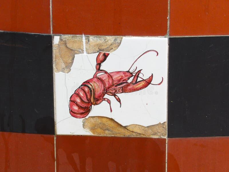 Carreau de céramique endommagé avec l'image du homard là-dessus photos libres de droits