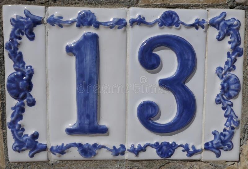 Carreau de céramique portugais ou espagnol avec le numéro 13 pour le nombre de maison ou de pièce photographie stock libre de droits