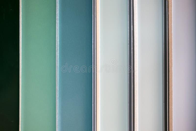 Carreaux de céramique colorés - variation de différentes tuiles colorées images libres de droits