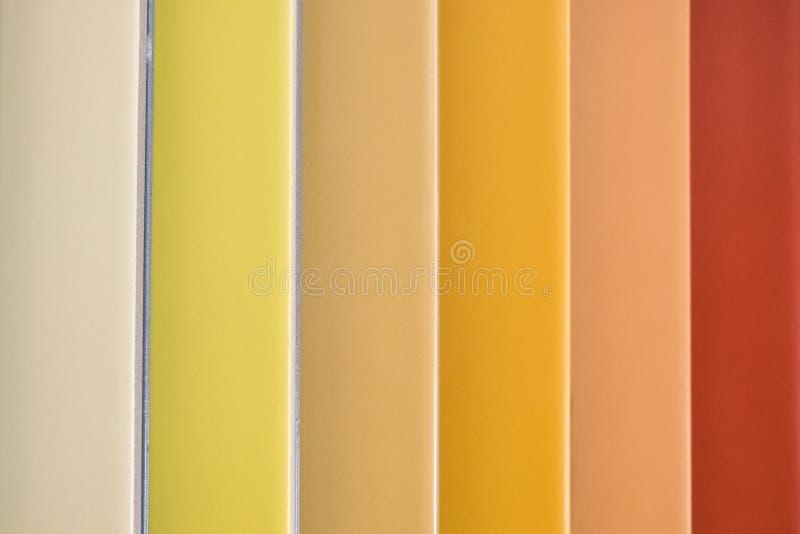 Carreaux de céramique colorés - variation de différentes tuiles colorées photos stock