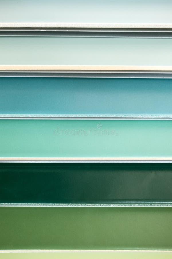 Carreaux de céramique colorés - variation de différentes tuiles colorées image stock