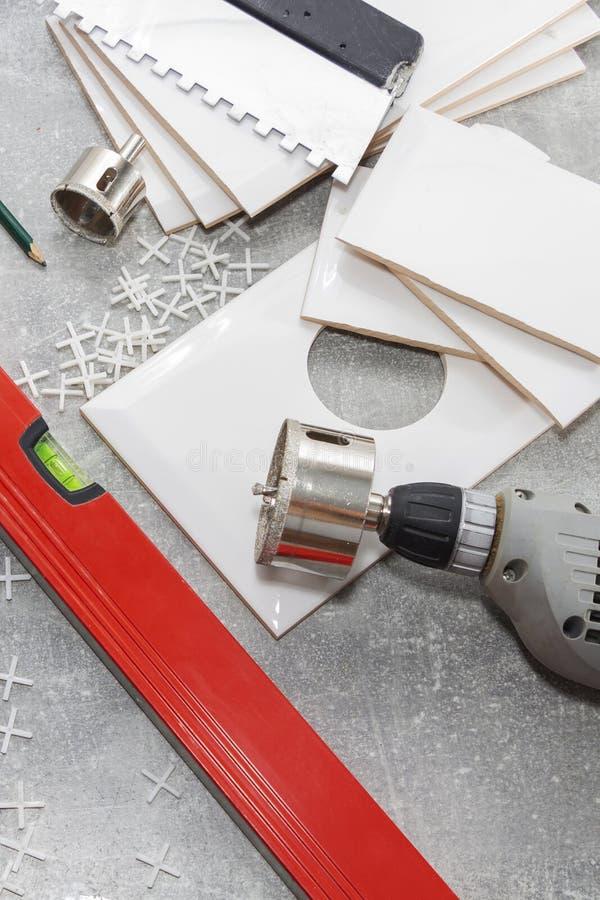 Carreaux de céramique et outils pour des tuiles, installation de tuiles images stock
