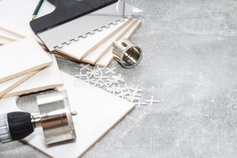 Carreaux de céramique et outils pour des tuiles, installation de tuiles images libres de droits