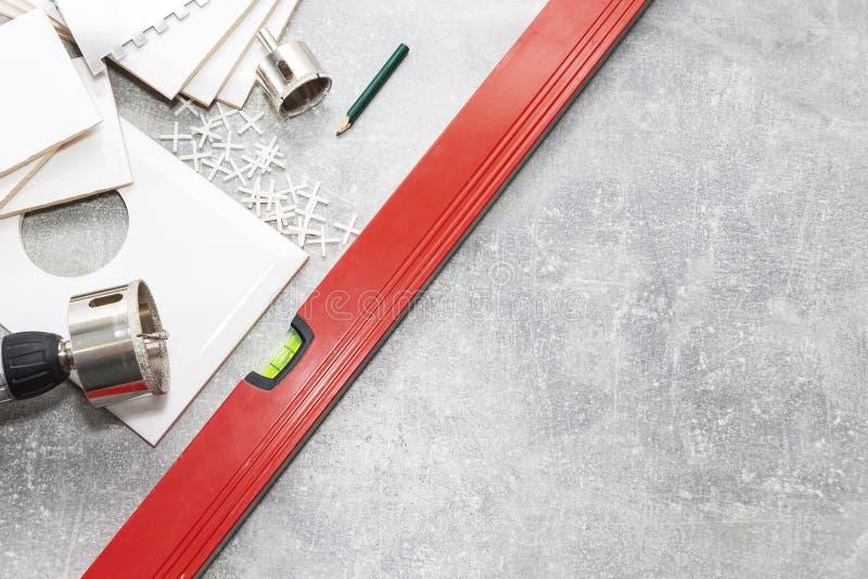 Carreaux de céramique et outils pour le carreleur, installation de tuiles Amélioration de l'habitat, rénovation - adhésif de plan photographie stock