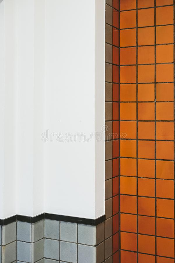 Carreaux de céramique de salle de bains de cru image libre de droits