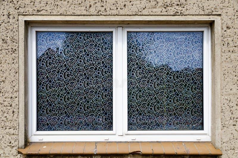 Carreaux de fenêtre avec le film modelé images libres de droits