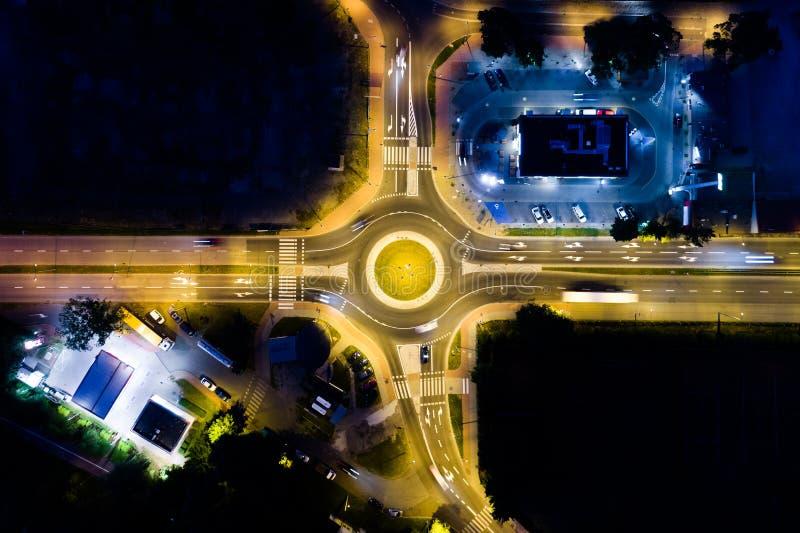 Carrefour dans la ville pendant la nuit image stock