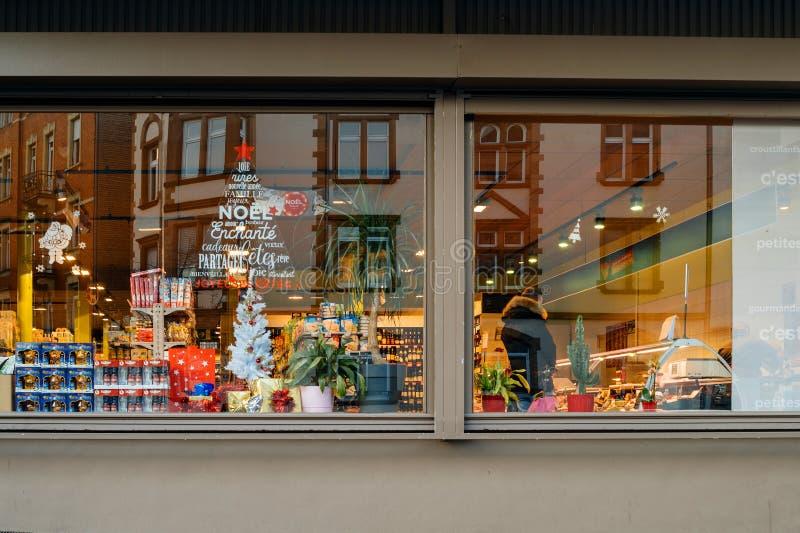 Carrefour het winkelen de supermarktkerstmis van de venstersopslag stock foto