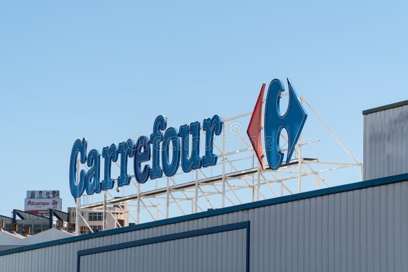 Carrefour znak na fasadzie zdjęcie royalty free