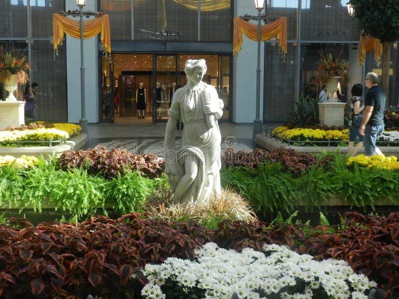 Carrefoure Laval wewnętrzny centrum handlowe, Kanada kwiatów robić zakupy ludzie ogród zdjęcia stock