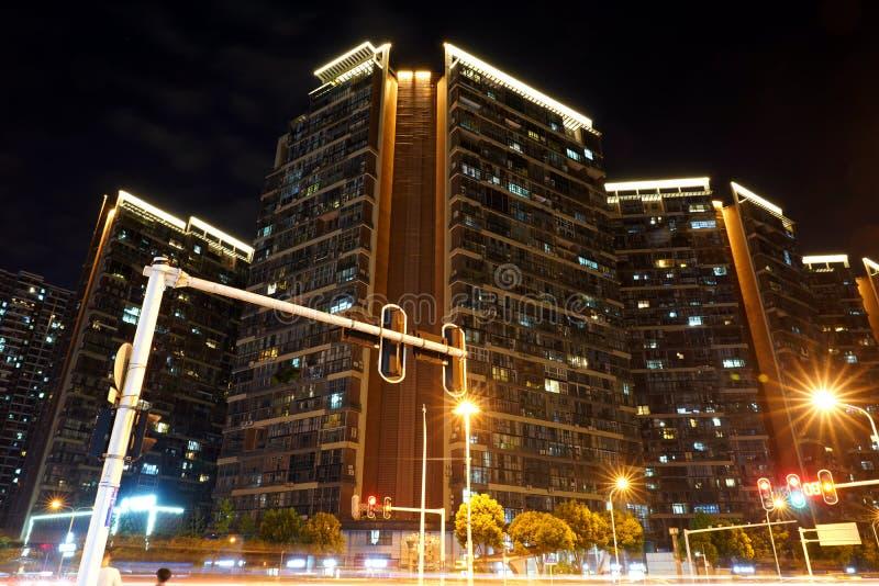 Carrefours brillants et bâtiments résidentiels la nuit photographie stock