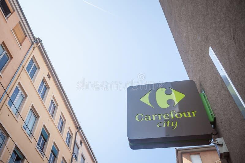 Carrefourstadtlogo vor ihrem lokalen Supermarkt in im Stadtzentrum gelegenem Lyon Es gehört Carrefour-Gruppe, einer der Haupteinz stockfoto