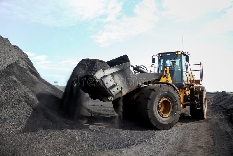 Carregador da roda da mineração para transportar o manganês para processar fotos de stock