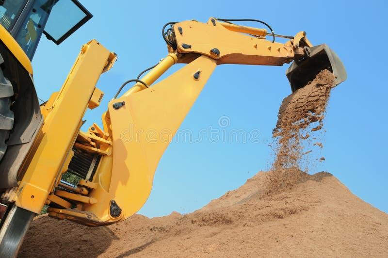 Carregador de máquina escavadora com trabalhos do backhoe foto de stock