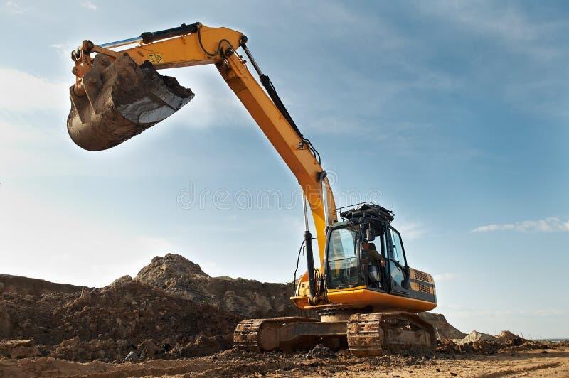 Carregador de máquina escavadora na construção imagem de stock