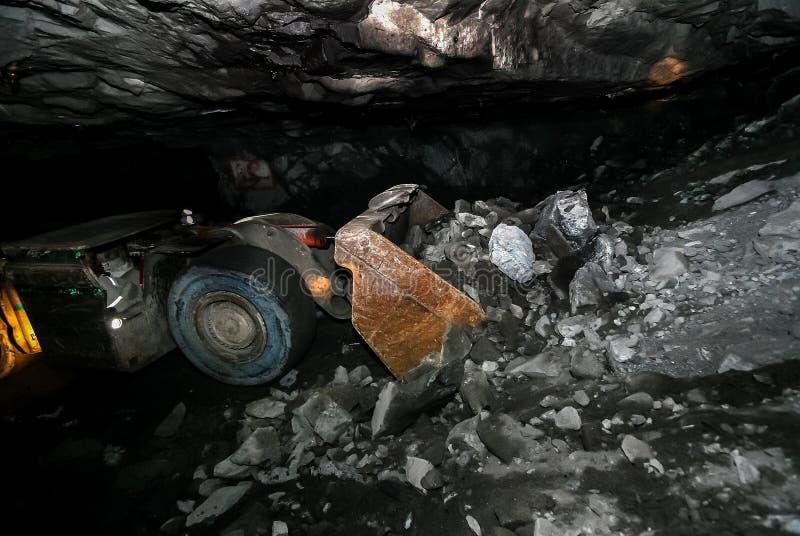 Carregador de mineração da parte frontal da platina subterrânea foto de stock