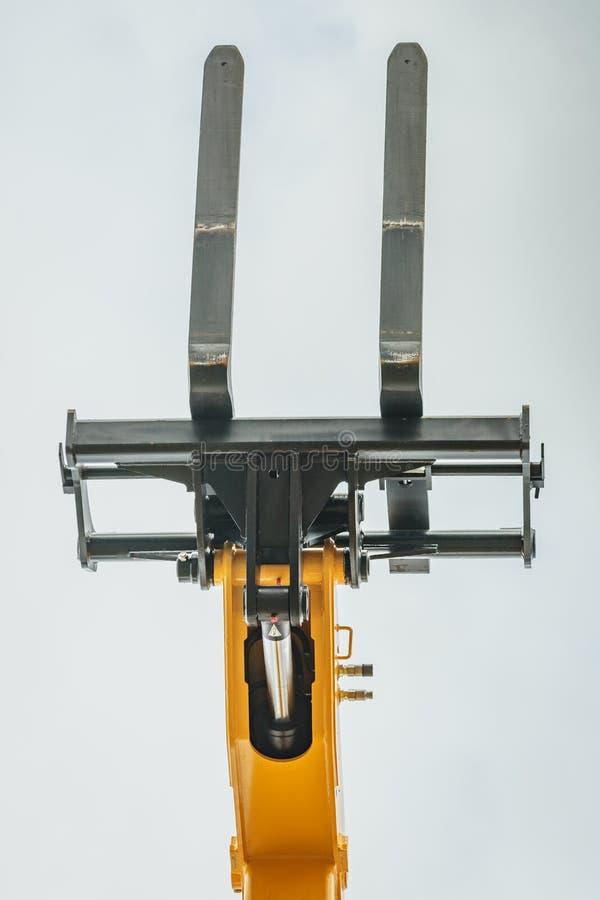 Carregador industrial de empilhadeira ou empilhador contra o céu fotografia de stock