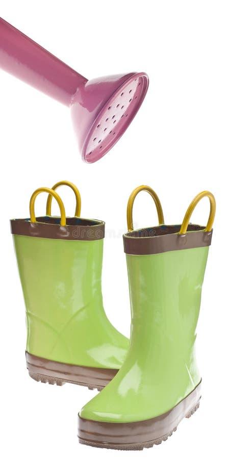 Carregadores de jardinagem verdes com o bocal da lata molhando imagem de stock