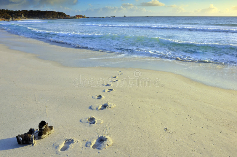 Carregadores deixados na praia imagem de stock royalty free