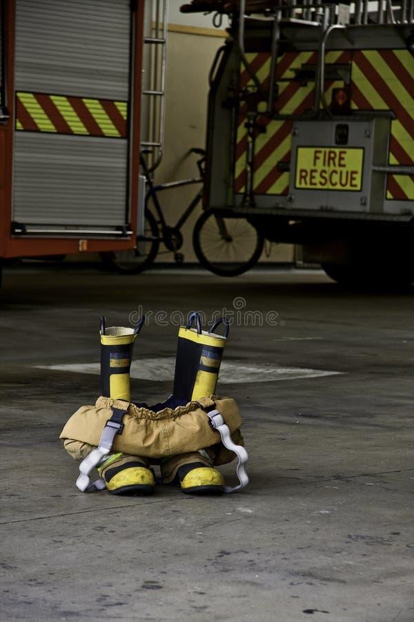 Download Carregadores E Calças Do Incêndio Prontos à Ação Imagem de Stock - Imagem de incêndio, cidade: 26512813