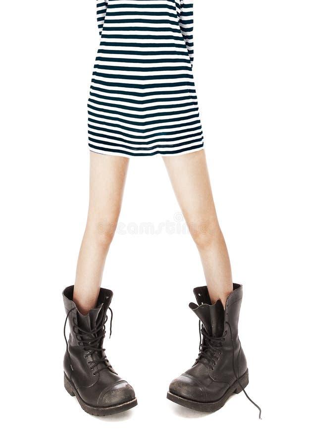 Carregadores militares, camisola interioa listrada nos pés da mulher fotografia de stock