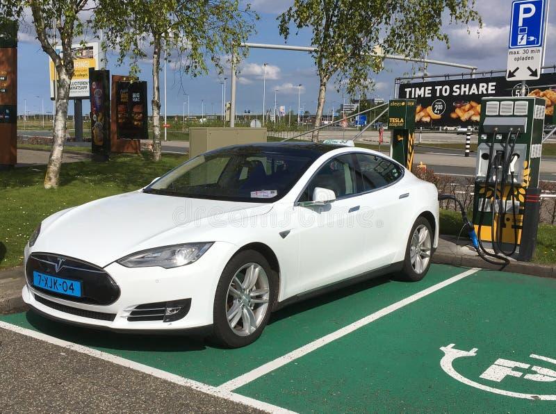 Carregamento branco do táxi de Tesla fotografia de stock