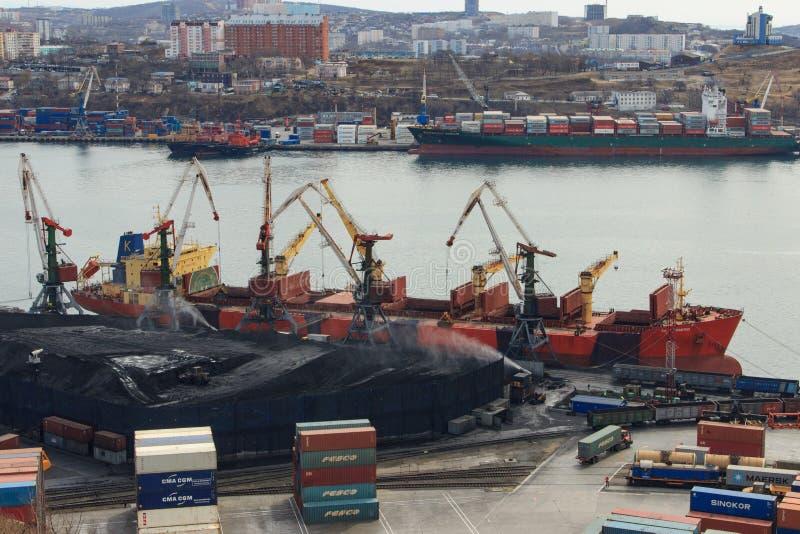 Carregamento de carvão num graneleiro de forma aberta num terminal de carvão no porto de Vladivostok fotografia de stock