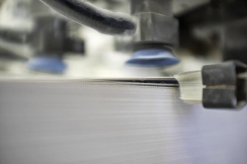 Carregamento de papel de uma máquina de impressão offset imagens de stock