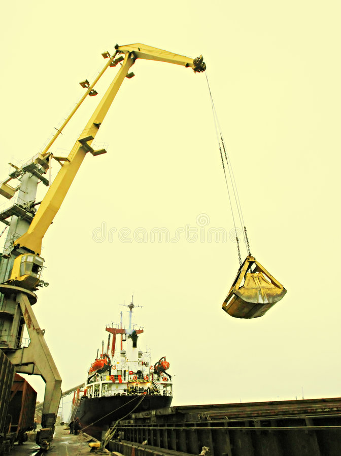 Carregamento do navio de carga imagens de stock