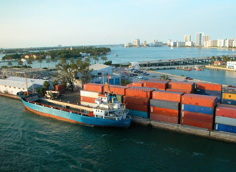 Carregando um navio de recipiente fotografia de stock royalty free