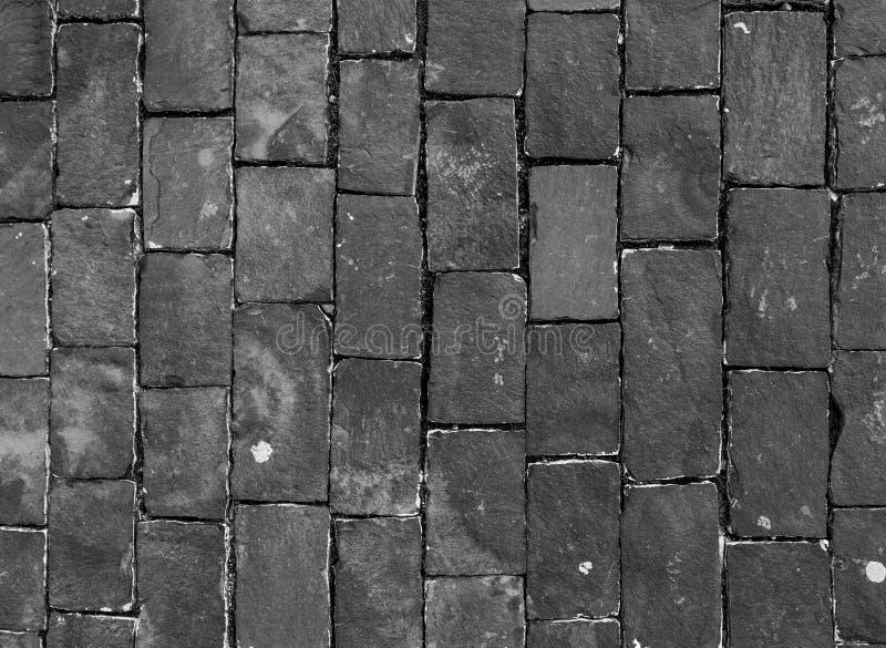 Carreggiata scura della pietra per lastricati immagine stock