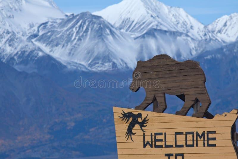 Carregue o sinal que dá boas-vindas a visitantes a Haines Junction, Yukon imagens de stock